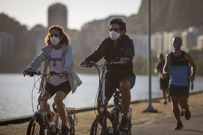 Casal anda de bicicleta usando máscara – Coronavírus no rio de Janeiro