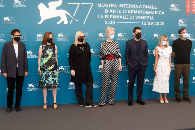 Nicola Lagioia, Joanna Hogg, Veronika Franz, Cate Blanchett, Matt Dillon, Ludivine Sagnier e Christian Petzold durante fotos no no Palazzo del Casino, em Veneza -