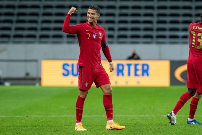 Cristiano Ronaldo marcou, de falta, um belo gol contra a Suécia em Stocolmo