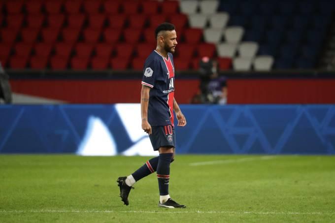Neymar deixa o campo do Parque dos Príncipes após expulsão
