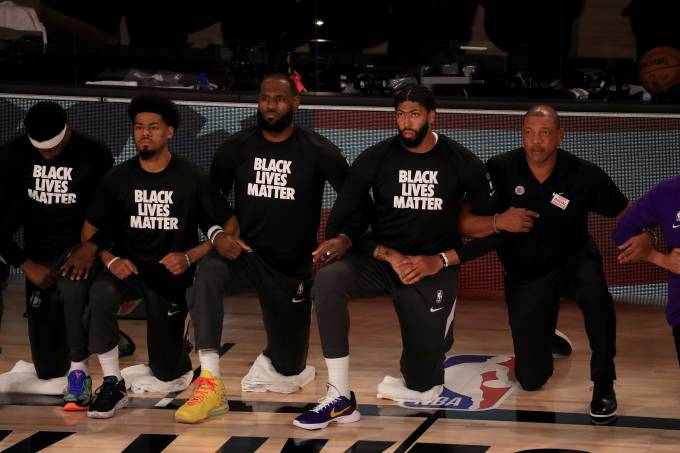NBA: Time do Los Angeles Lakers ajoelha durante o hino nacional em protesto