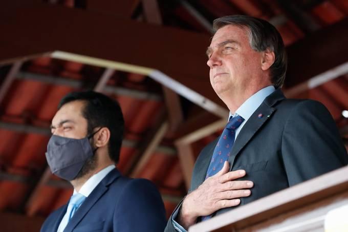 Governador interino do Rio, Cláudio Castro, à direita, e o presidente Jair Bolsonaro