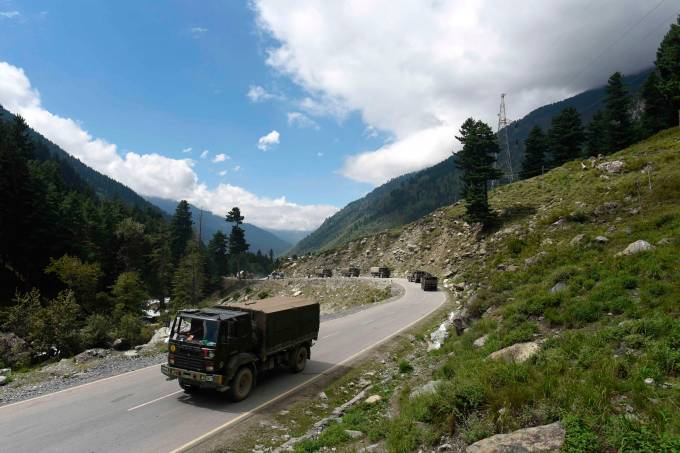 Indian Army move highway in Kashmir