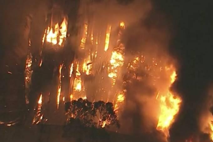 Incêndio de grandes proporções atinge galpão em Cotia (SP)