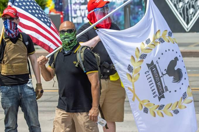Camisa polo preta extremistas Proud Boys