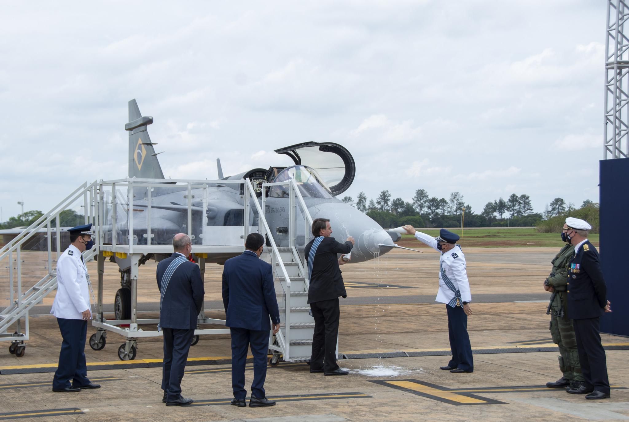 Bolsonaro batiza o primeiro Gripen F-39E, o novo caça da FAB