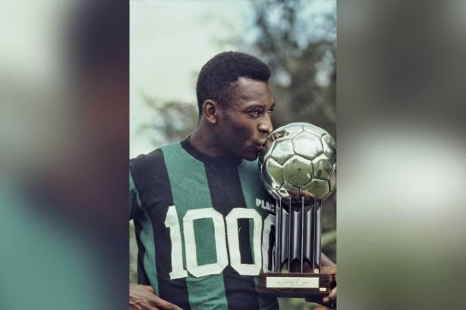 1-Pelé, com o troféu Bola de Plata da Placar, no jogo entre Santos e Transvaal, em.jpg