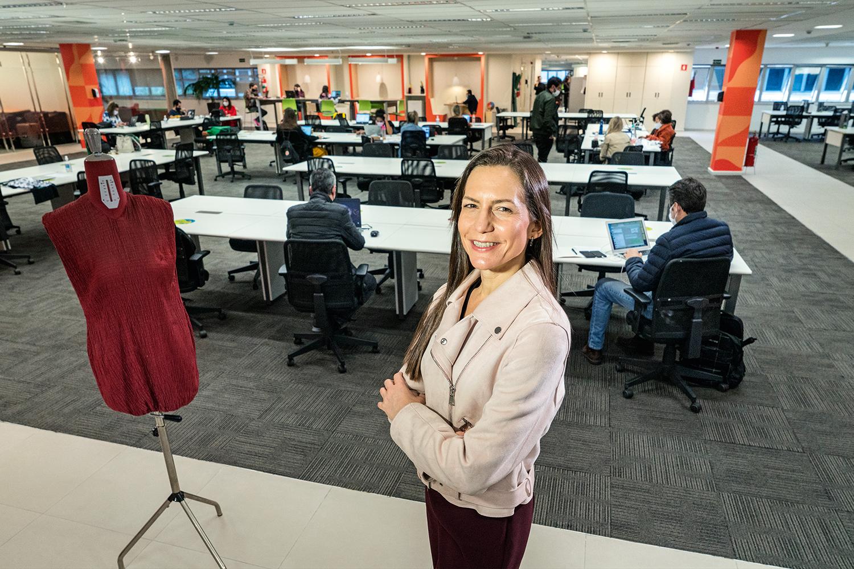 """AMBIENTE AREJADO - Selda Klein, gerente de RH da C&A, na reformada sede da empresa: """"Agora temos espaços mais abertos e integrados, sem baias nem mesas fixas, e com fácil comunicação"""" -"""