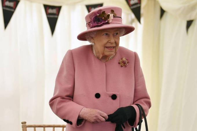 Depois de sete meses isolada, Rainha Elizabeth II aparece em evento público sem máscara