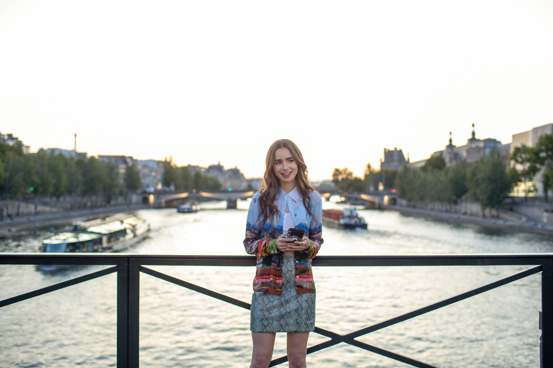 Lily Collins na série 'Emily em Paris': cenário parisiense é refúgio em meio a roteiro clichê