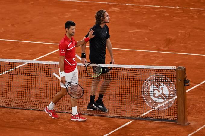 Novak Djokovic cumprimenta Stefanos Tsitsipas após vitória na semifinal de Roland Garros