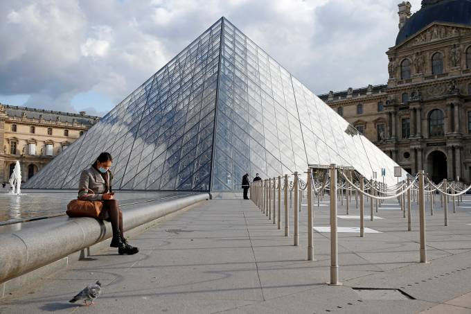 Le Louvre Museum Lacks Visitors Due To Drop In Tourism