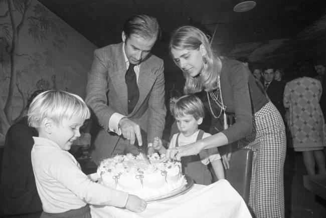 Biden, Nelia e filho Hunter em festa de aniversário do democrata em Wilmington - 20/11/1972