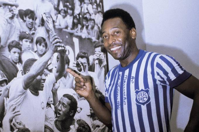 Pelé, com a camisa do Baquinho, time infantil do Bauru, ao lado fo poster de tri.jpg