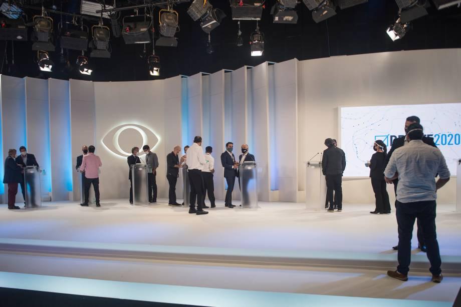 Candidatos conversam com seus assessores durante intervalo do debate eleitoral -