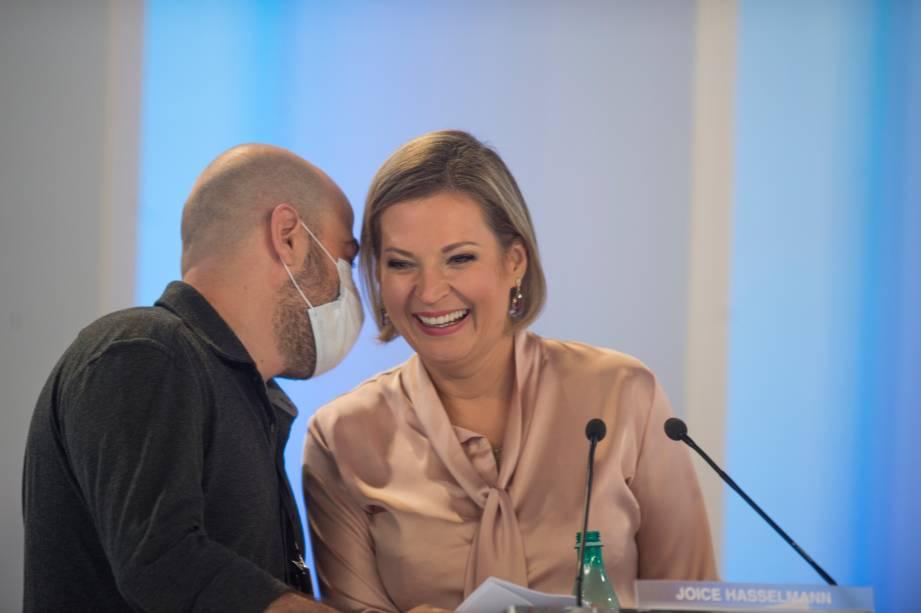 Joice Hasselmann (PSL) em conversa com o seu assessor durante o debate eleitoral para a prefeitura de São Paulo -