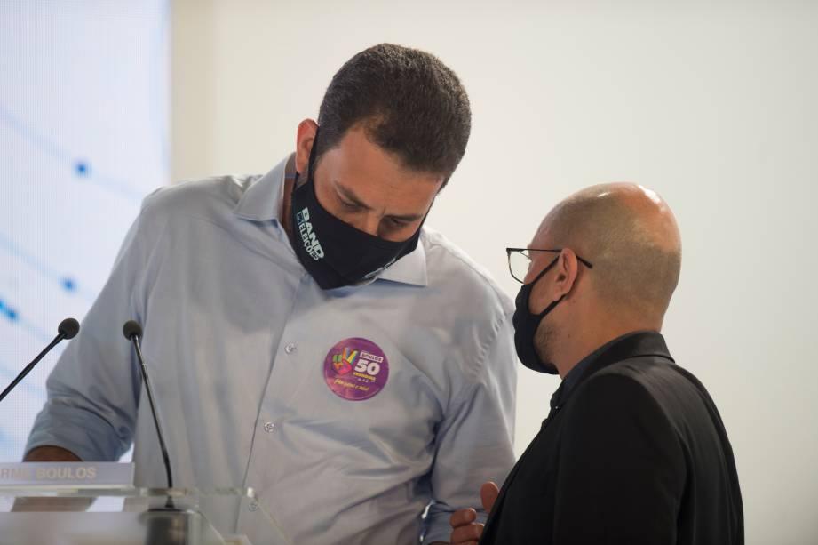 Guilherme Boulos (PSOL) em conversa com o seu assessor durante o debate eleitoral para a prefeitura de São Paulo -