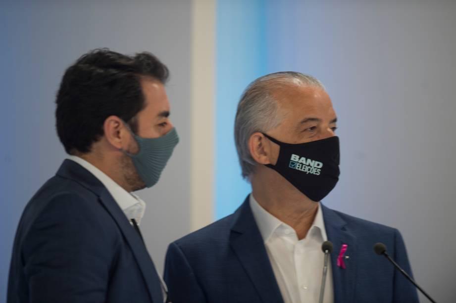 Marcio França (PSB) em conversa com o seu assessor durante o debate eleitoral para a prefeitura de São Paulo -