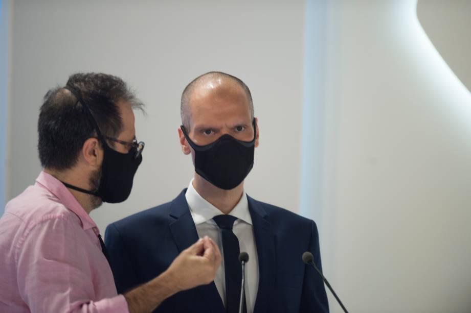 Bruno Covas (PSDB) em conversa com o seu assessor durante o debate eleitoral para a prefeitura de São Paulo -