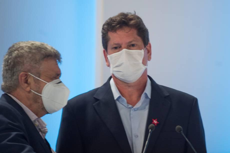Jilmar Tatto (PT) em conversa com o seu assessor durante o debate eleitoral para a prefeitura de São Paulo -