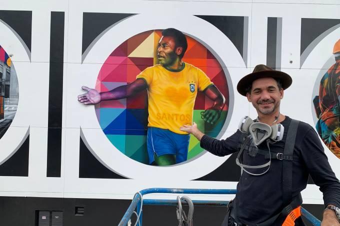 Eduardo Kobra à frente do mural que pintou em homenagem a Pelé