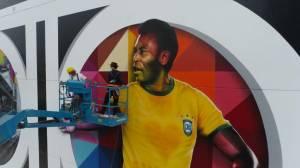 Obra Coração Santista, de Eduardo Kobra, em homenagem a Pelé, em Santos (SP)