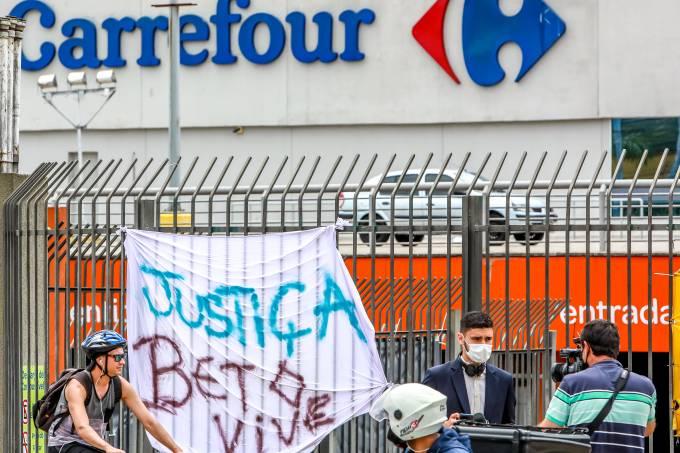 """Unidade do Carrefour com cartaz com a frase """"Justiça, Beto vive"""", em referência à morte de João Alberto Silveira Freitas em uma loja da redes de supermercados"""