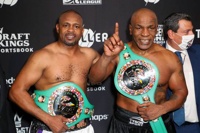 Roy Jones Jr. e Mike Tyson posam com o cinturão simbólico que receberam em Los Angeles