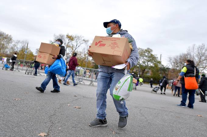 La Jornada And Food Bank For New York City Distribute Turkeys To 4,000 Families In Need