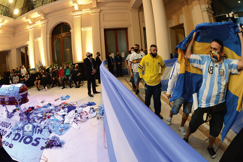 """RELIGIÃO - Velório em Buenos Aires: adorado com fervor pelos """"descamisados"""" -"""