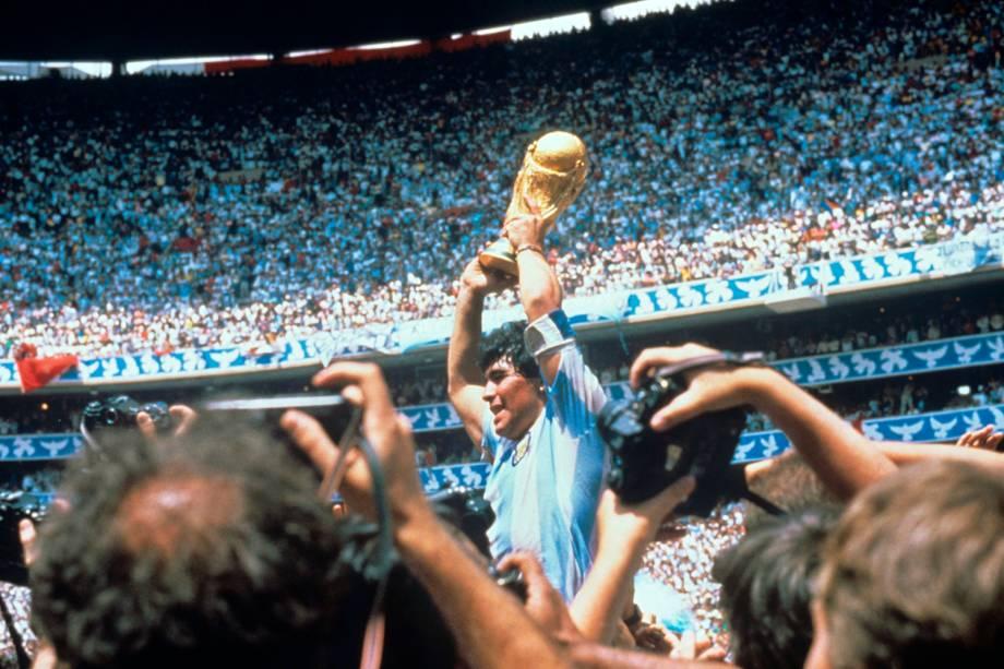Maradona comemorando o título pela Argentina, em 1986 -