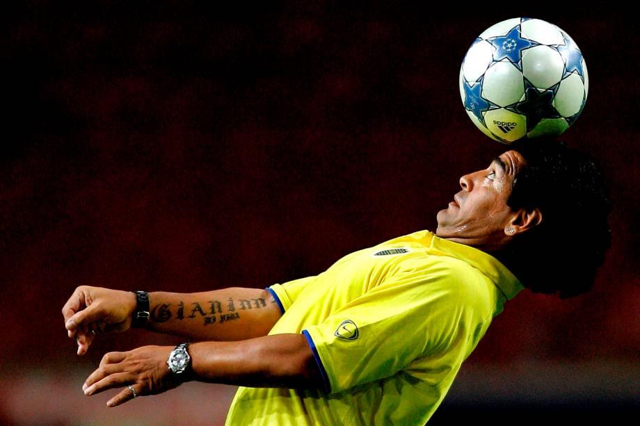 Diego Maradona mostra suas habilidades após a partida entre Ajax x Boca Juniors durante o torneio de futebol de Amsterdam, em 2005 -
