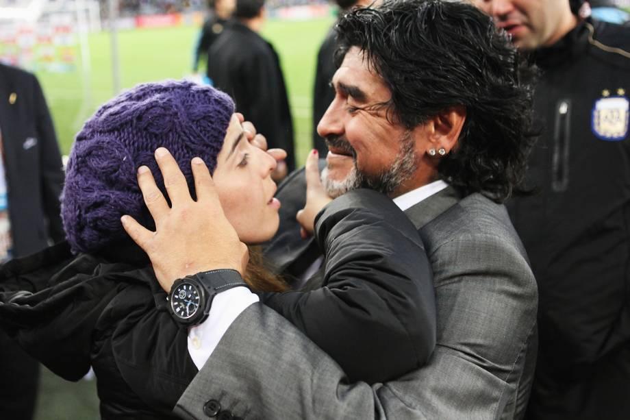 Diego Maradona, treinador da Argentina, abraça sua filha Dalma após a seleção da Argentina ser eliminada pela Alemanha, na Copa do Mundo de 2006 -