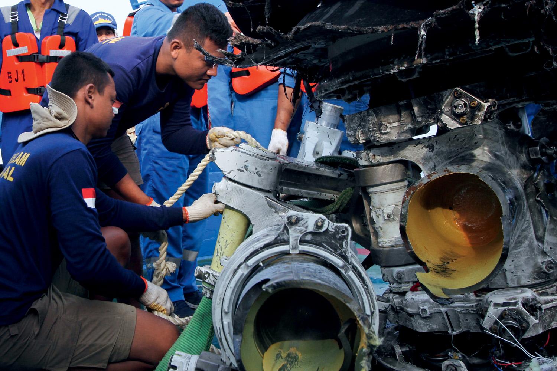TRAGÉDIA - Desastre: os destroços resgatados do avião no mar da Indonésia -