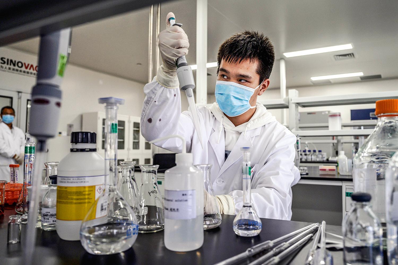 PRODUÇÃO -Laboratório da Sinovac, na China: as primeiras doses do imunizante chegarão a São Paulo na próxima semana -