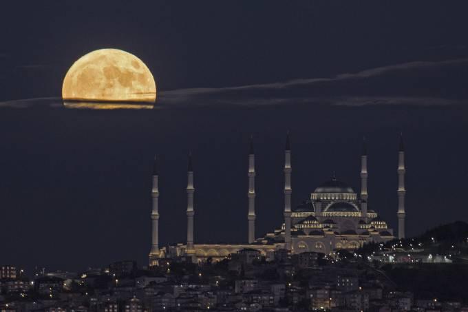 Lua azul em Istambul na Turquia