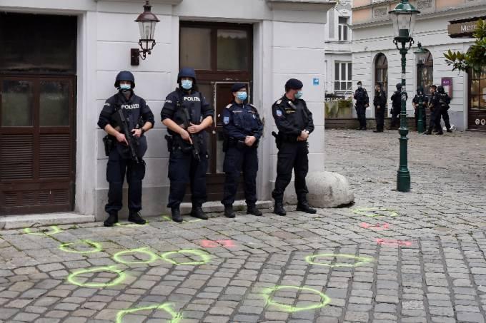 Policiais nas ruas de Viena um dia após ataque