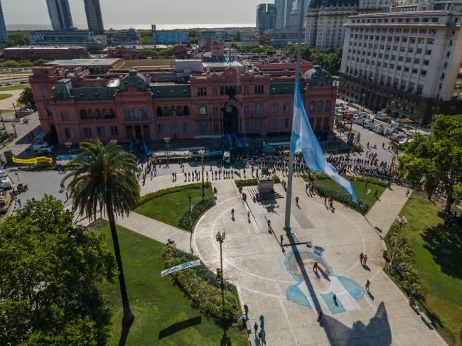 Imagem de Maradona foi pintada no centro da Plaza de Mayo, em frente à Casa Rosada