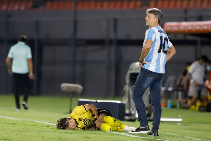 Renato Gaúcho com a camisa e Maradona na partida do Grêmio