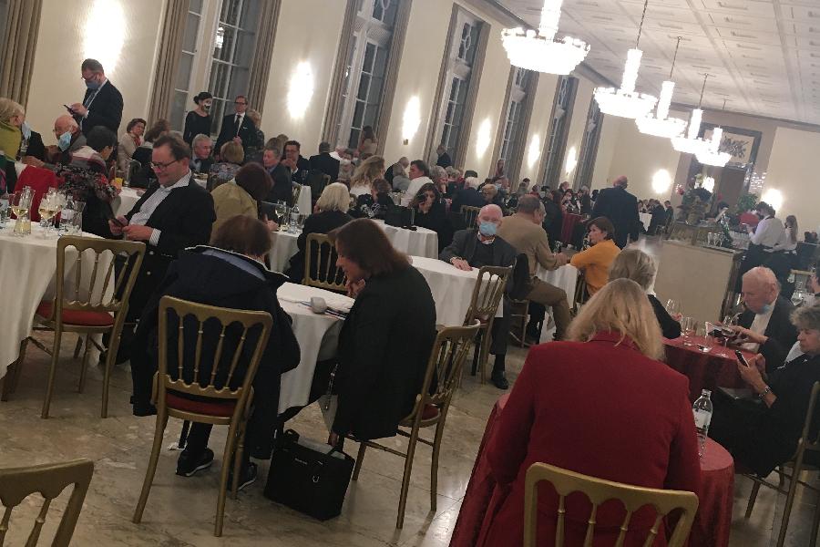Pessoas que acompanhavam a ópera aguardam o 'all clear' da polícia de Viena