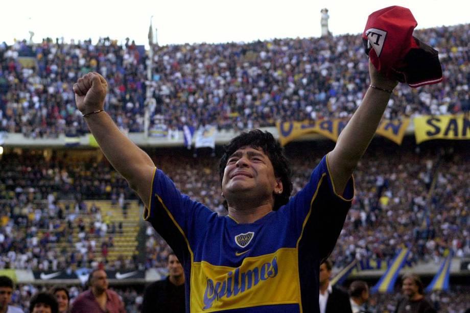 O ex-astro do futebol argentino Diego Maradona acena para a torcida no final de sua partida de despedida em Buenos Aires, Argentina, em 2001 -