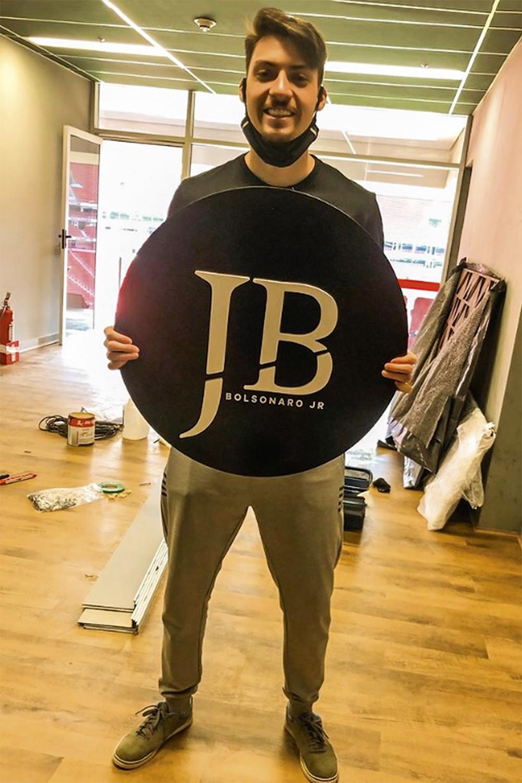 DOAÇÕES -Renan e o logotipo de sua empresa: carro, aluguel e dinheiro -