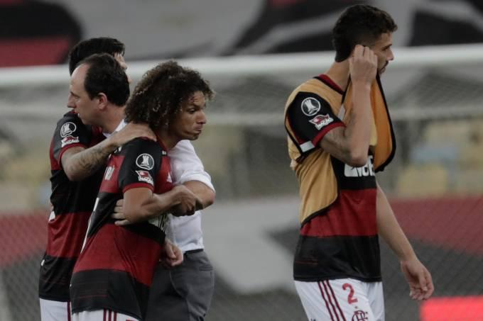 Rogério Ceni consola atletas após eliminação do Flamengo para o Racing no Maracanã