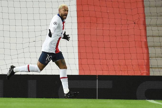 Neymar comemora o primeiro de seus dois gols em Old Trafford