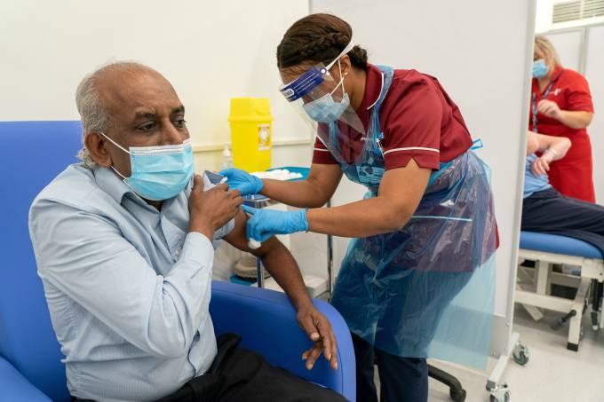 Homem recebe dose de vacina da Pfizer/BioNTech contra Covid-19 em Londres (Reino Unido), em 8 de dezembro de 2020