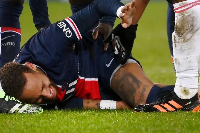 Neymar deixou o jogo contra o Lyon chorando após falta de Thiago Mendes