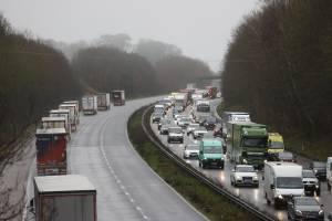 Rodovia no sudeste da Inglaterra enfrenta dia de engarrafamentos