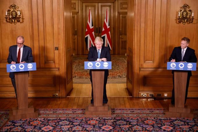Primeiro-ministro do Reino Unido, Boris Johnson, ministro dos Transportes, Grant Shapps, e o chefe do Comitê Científico britânico, Patrick Vallance