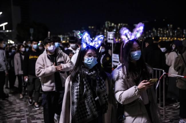 Jovens em Hong Kong comemoram a chegada do Ano Novo