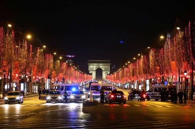 Polícia francesa cerca a avenida Champs-Élysées, próximo ao Arco do Triunfo, para evitar aglomerações na virada do ano -